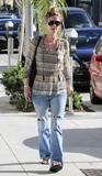 Nicky Hilton - Страница 2 Th_51302_celebrity-paradise.com-The_Elder-Nicky_Hilton_2010-01-28_-_stroll_through_Beverly_Hills_056_122_1185lo